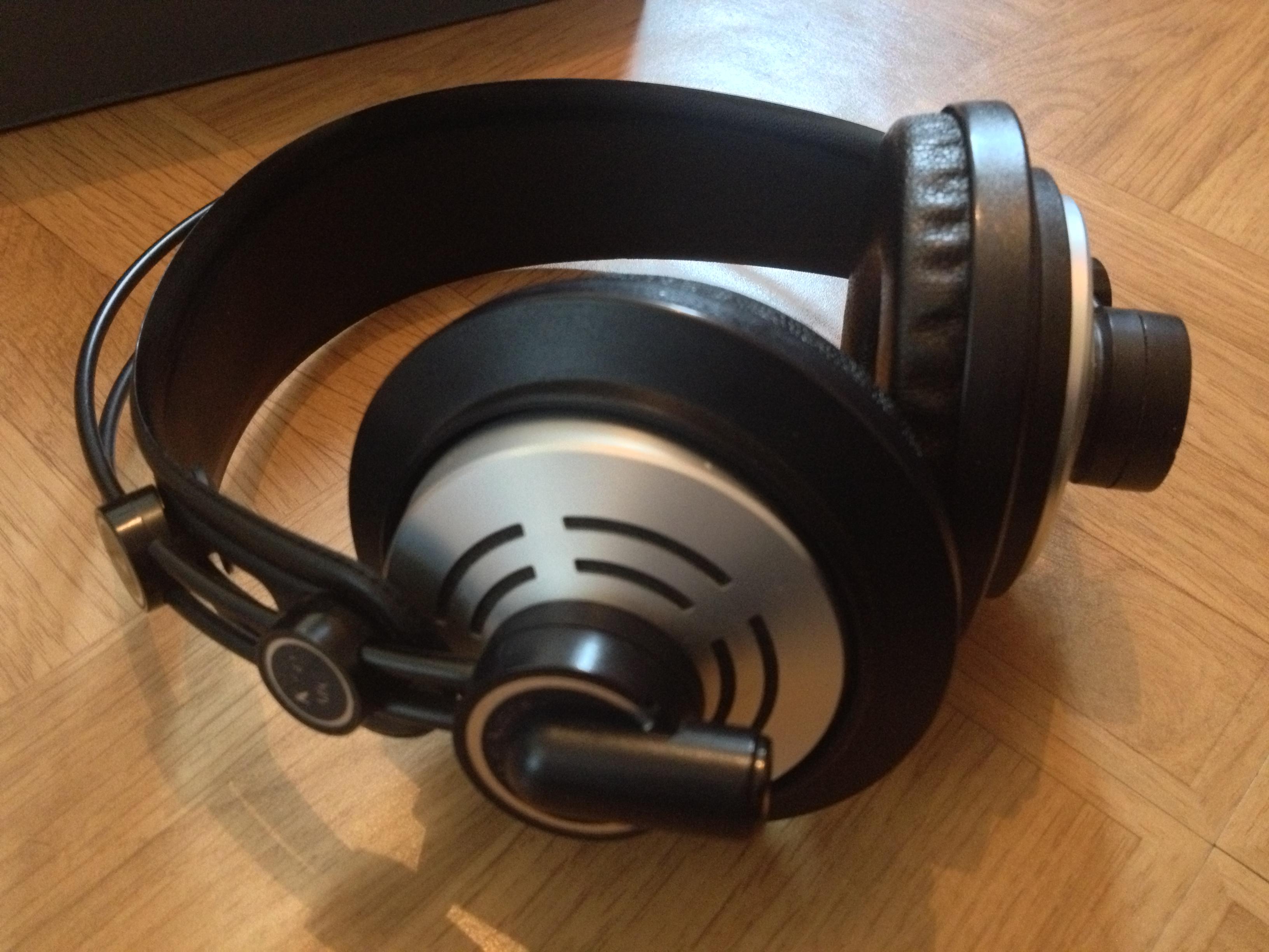 Köszönhető ez a félig nyitott kialakításának. A fülünket nem nyomja el  hosszas zenehallgatás után sem. Én személy szerint a plüss fülpárnák  viselését ... f5a5dc8a50